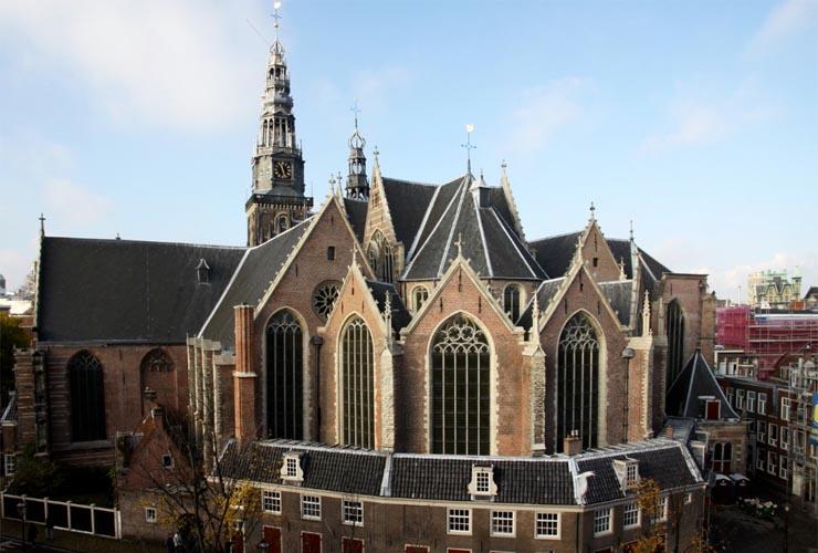 Oudekerksplein 15 (Oude Kerk). Aan de koorzijde is goed het complexe karakter van de hallenkerk te zien.