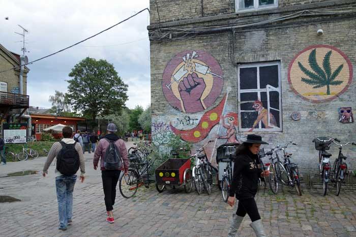 Christiania, città libera autogestita all'interno di Copenaghen in cui il consumo di cannabis è consentito, ma è assolutamente bandito quello di droghe pesanti.