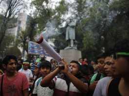 Un ragazzo fumo una canna enorme in senso di protesta
